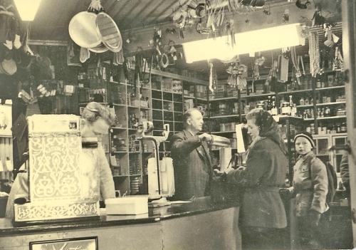 arveskurdal522 Fra Wadahlsbutikken, bak disken Asbjørn og Albert Wadahl, foran disken Reidun Rudi (gift med Øivind Linde) og Amund Wadahl.
