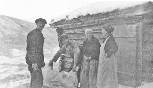 Nr. 67  Slakting i Klevstadberget (Pers), Ingeborg O. Klevstadberget i hvit forkle, andre er ukjente