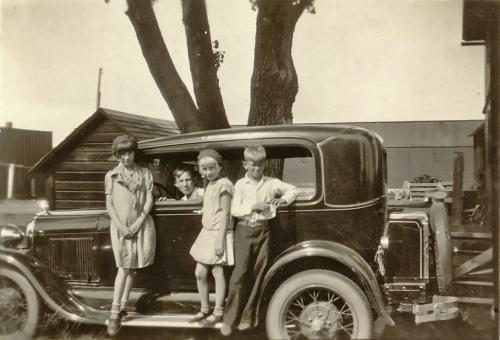 Nr. 178 Her er vor nye Auto og børnene Hjalmar sidder inde i Autoen og Clara og Gladys og Erling staaende
