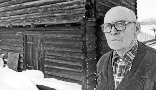 Einar Hovdhaugen (1908-1996) politikar og bondehøvding, skreiv dei to binda om Gardar og slekter i Fron. I 1978 fekk han Norsk kulturråds pris for lokalhistorie.