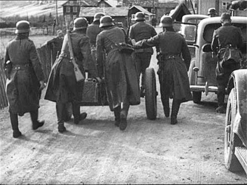Tyske soldatar får kanon på plass forbi Vik. Bilde frå Tor Teigen/Kvam Historiske Forening