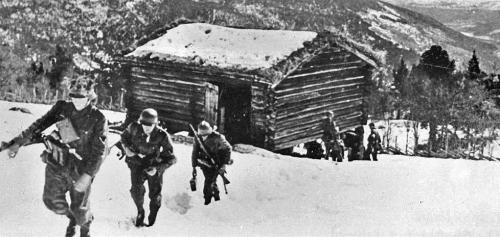 Tyske soldatar ved Hillingen for å komme i bakhald. Bilde frå Kård Hosar.