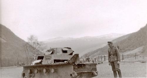Ein engelsk korporal skaut belta av ein tysk stridvogn ved Kvam.