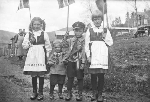 34Nr. 108 17. mai 1929, Sigrid, (Einar), Magnus og Ingrid.