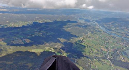 Kvarvet til venstre. Bildet tatt frå hangglider. Foto: XC Paragliding