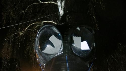 """""""Etter flåttens fremmarsj i de østlandske dalføra er en ny artsform på vei fra Sørlandet for å etablere seg i Gudbrandsdalen. """"Jegerlarven"""" er utklekket i atelieet til den Kristiansand-baserte kunstneren Erik Pirolt og kan karakteriseres som like deler farkost, rovdyr, fossilbasert konstruksjon, organisk skulptur og jaktredskap. Fra og med 20. oktober kan den observeres langs kulturminnestien ved Skodalsåa på Harpefoss, som kunst kamuflert i landskap og som fremmedobjekt på jakt etter vertsorganisme å gripe seg fast i."""""""