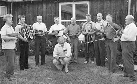 Gamle Fron spelemannslag i 1972. Frå venstre: Harald Haug (Vågå), Arne Vangen (Harpefoss), Ragnar Fosse (Skåbu), Paul Brenna (Ruste), Paul Brenden (Skåbu), Terje Bronken (Vågå), Ola Morken (Ruste), Arne Risdal (Skåbu), Iver Fosse (Skåbu) og i midten fremst, Hans Petter Kleiven (Vinstra). Bildet er teke utanfor Vinstra vidaregåande, truleg i samband Peer Gynt-stemnet. Dette året var det ingen aktivitet i Vågå spelemannslag, og det var derfor Harald Haug var med.