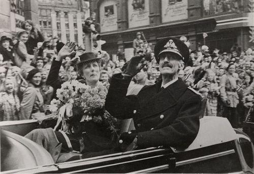 Kong_Haakons_hjemkomst,_7._juni_1945,_Kongen_og_kronprinsesse_Märtha_i_bilkortesje_på_Karl_Johans_gate,_Oslo_Museum,_OB.F12570r_-_Crop