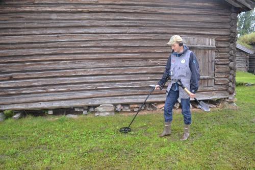 Tormod i aksjon med metalldetektoren sin. Foto: Ole Chr. Risdal
