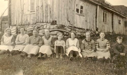 Nr. 228 Brekkasetra på Gravdalen, Forann f.v. Magda Stø, Anne Veikleenget,Kari Viken, Anne Brekken Stø, Ella og Åse Sunberg (Oslojenter), Pauline Myren, Maria Fossen, Trygve Fossen.