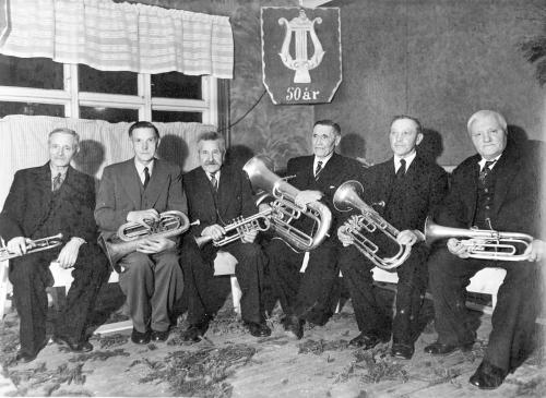 img081-jubilanter-pa%cc%8a-50-a%cc%8aesfesten-til-hundorp-musikklag-23-april-1949-se-tekst-bilde-nr-82